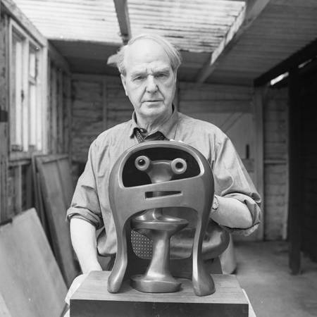 Portrait of Henry Moore with Helmet Head No. 2 (LH281), Photo Henry Moore Archive_small.jpg